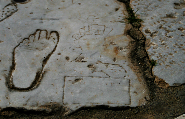 Carved foot and woman's head pointing men to the Ephesus brothel.
